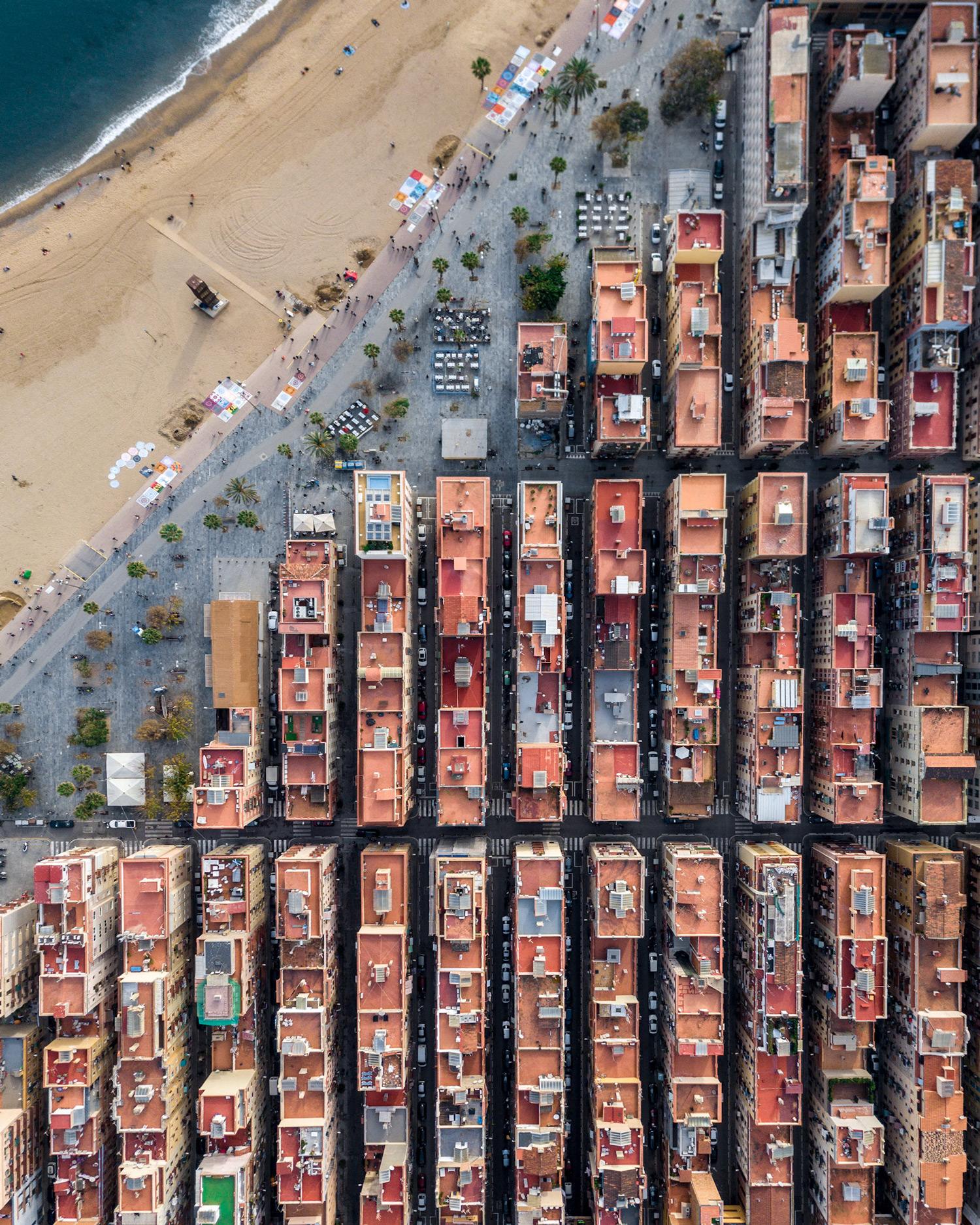 MartonMogyorosy Barcelona WirePrime 1 - Barselona'nın Kıyı Şeridine Havadan Bakış: Büyüleyici Geometrik Desenler